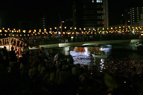 夜の徳島阿波おどりを彩る橋の提灯
