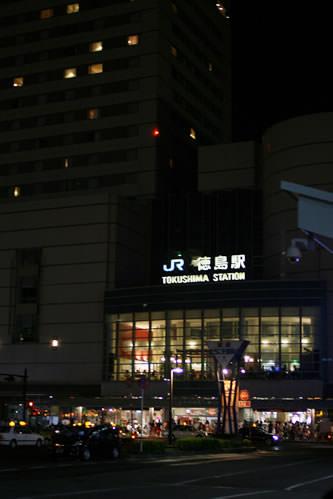 徳島阿波おどり初日夜の徳島駅