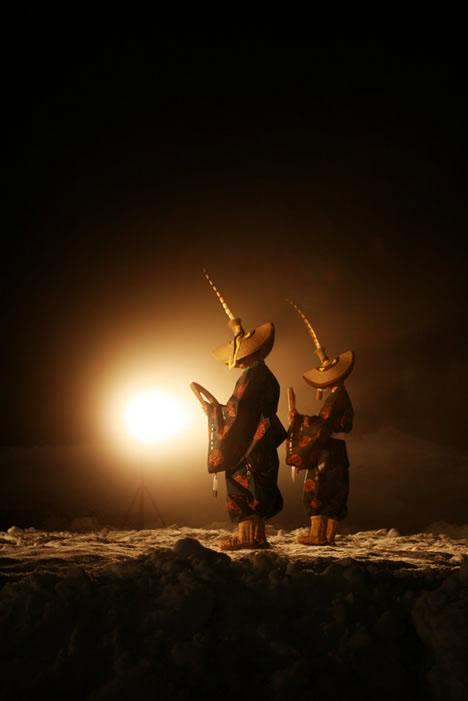 合掌造り五箇山菅沼集落にて、こきりこ節直前の伝統衣装の人たち