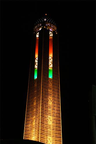 ライトアップされた海峡ゆめタワー