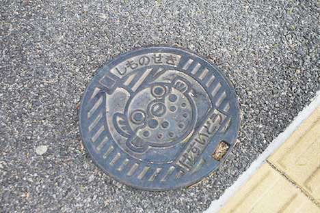 ふぐが描かれた下関の下水道マンホール