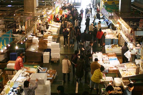 唐戸市場2階から1階を見下ろす
