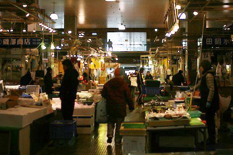 唐戸市場1階の様子