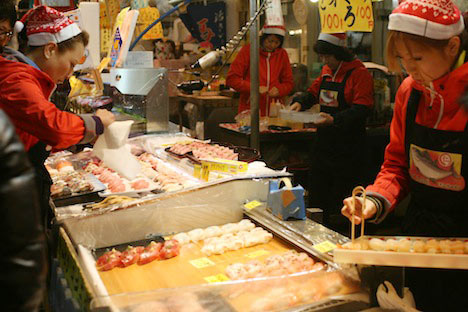 サンタ風帽子をかぶった唐戸市場の女性たち